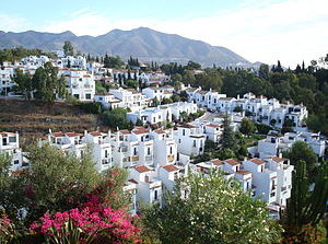 北国で実現した、スペイン・アンダルシアの白い壁&素焼き瓦のお家♪